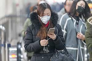 대기 오염으로 인해 마스크를 착용하는 사람들