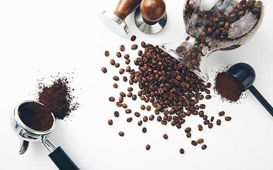 grãos regulares de café preto