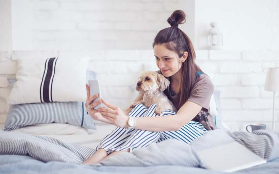 집에서 강아지랑 셀피를 찍는 여자