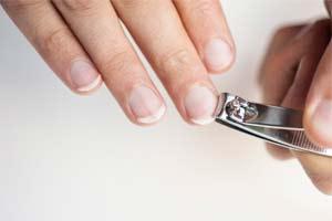 weiße nägel mit einem rosa streifen