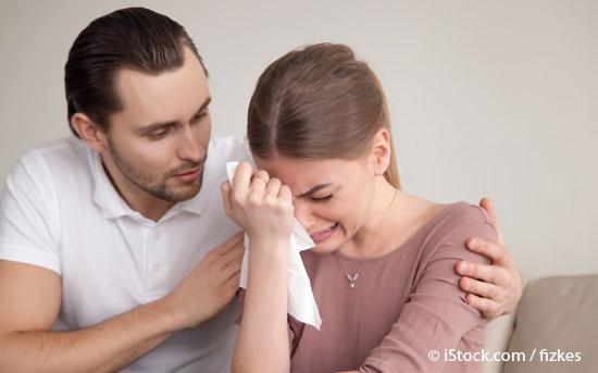 울고 있는 연약한 여성
