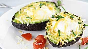 健康的な焼きアボカド朝食