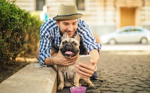 millennial y su perro