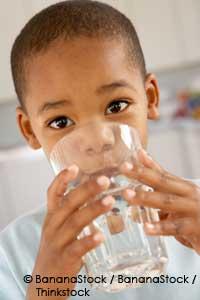 el agua ayuda a la acidez estomacal