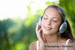 音楽を聴く女の子