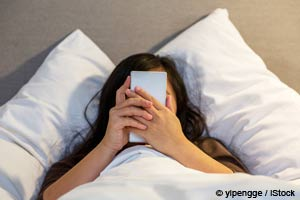 Expor-se à luz durante a noite interrompe a produção de melatonina e aumenta o risco de câncer