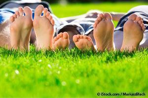 Por Que Crianças e Adultos Devem Andar Mais Com os Pés Descalços