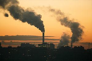 冒着黑烟的发电厂