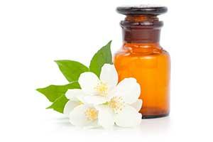 L'huile essentielle de jasmin permet de créer une atmosphère romantique et apporte d'immenses bienfaits pour la santé