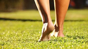 Ходите босиком по земле, чтобы бороться с воспалением и хроническими заболеваниями