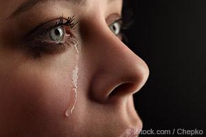 울고 있는 여인