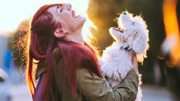 강아지랑 웃는 여자