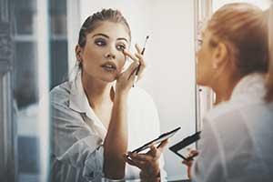 Frauen tragen täglich durchschnittlich 168 Chemikalien auf ihre Körper auf