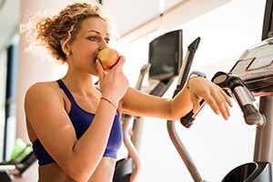 Einen Apfel im Fitness Studio essen