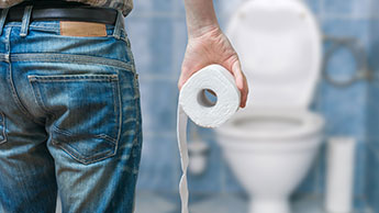Homme aux toilettes