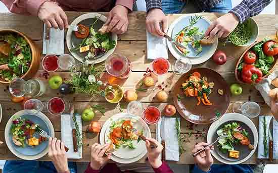 由水果和蔬菜组成的晚餐
