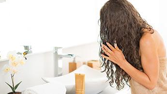 """Czy trend """"zero szamponu"""" jest zdrowy czy szkodliwy?"""