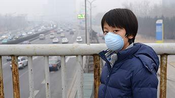 대기 오염을 피하기 위해 마스크를 쓰는 아이들