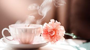 Schwarzer Kaffee am Morgen und grüner Tee am Nachmittag
