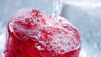 Są nowe dowody na to, że soki owocowe i napoje słodzone zwiększają ryzyko dny moczanowej