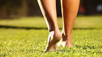 Combata Inflamações e Doenças Crônicas Caminhando Descalço (a) sobre a Terra