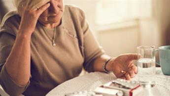 약물을 섭취하는 노인 여성