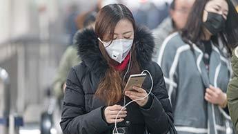 Человек с маской на лице от загрязнения воздуха
