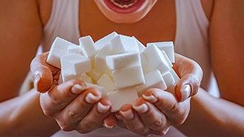 Co się dzieje w organizmie, kiedy spożywasz za dużo cukru?