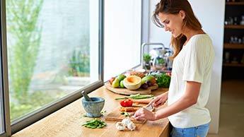 생강, 애플 사이다 식초, 베르가못 오일로 만드는 티 토닉!