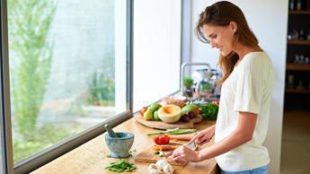 Женщина готовит тонизирующий чай