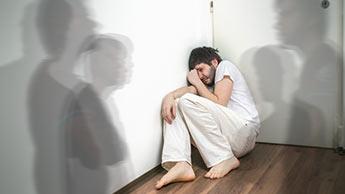 Homem assustado com esquizofrenia