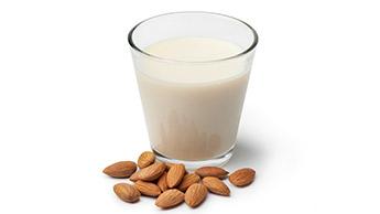 아몬드 우유 영양성분: 일반 우유보다 더 뛰어날까요?