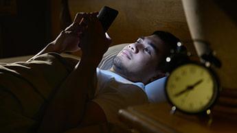 스마트폰을 하며 밤 늦게 까지 잠들지 않음