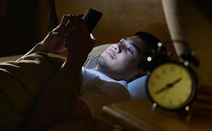在床上玩手机到很晚
