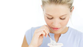 요거트를 섭취하는 여성