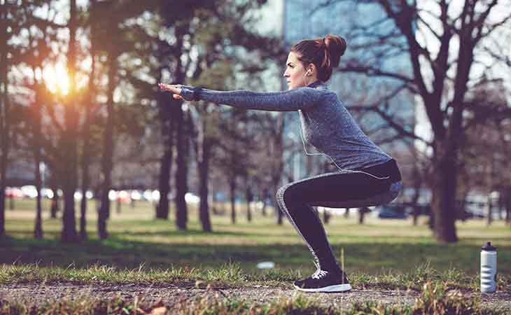 在城市公园锻炼的女性