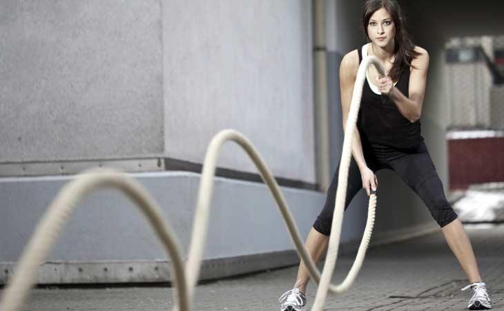 正在进行战斗绳锻炼的女孩