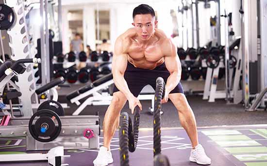 正在进行战斗绳锻炼的肌肉发达的男性
