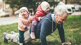 älterer Mann mit Enkelkindern