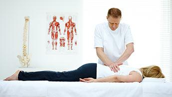chiropracteur travaillant sur le dos d'un patient