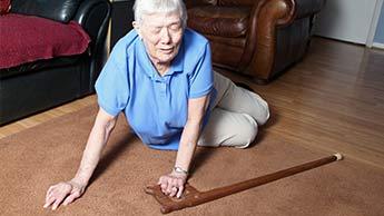 転ぶと高齢者の脳に悪影響が及ぶ