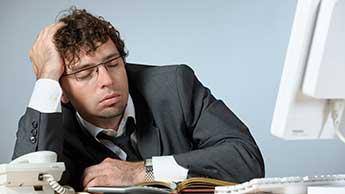 Un homme endormi à son bureau