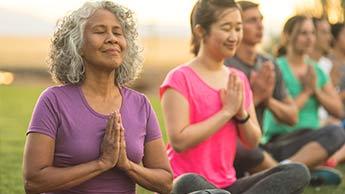 pessoas meditando