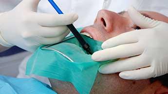 Patient subissant un soin dentaire