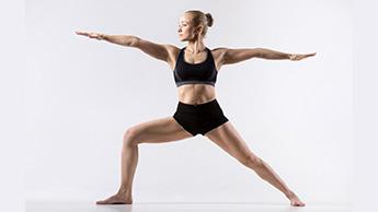 Grundlegende yoga-bewegungen zur verbesserung von gleichgewicht, stimmung und flexibilität