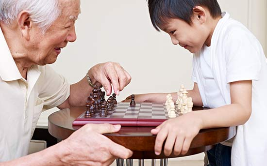 체스를 즐기는 할아버지와 손자