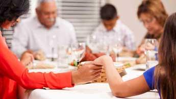 Personnes priant avant le repas