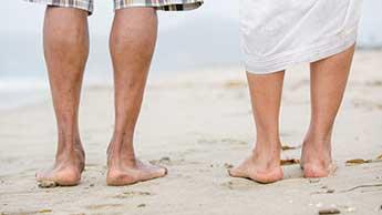 Un homme et une femme qui marchent pieds nus