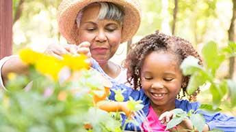 mulher e criança jardinando