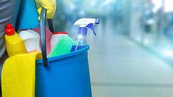 seau de produits nettoyants